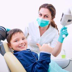 Pierwsza wizyta u stomatologa – kilka słów o tym, jak zachęcić malucha do dbania o zęby